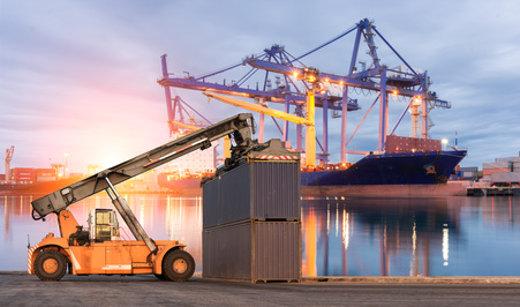 Stapler im Einsatz am Hafen © sorapop, fotolia.com