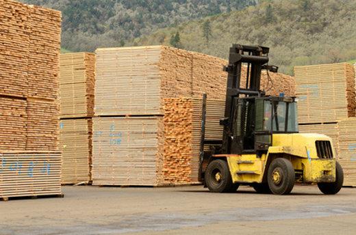 Gabelstapler transportiert Holz © ftfoxfoto, fotolia.com