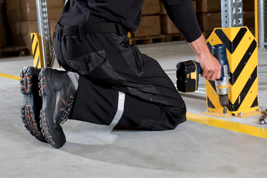 Montage eines Regal-Anfahrschutzes  © PIRML, stock.adobe.com