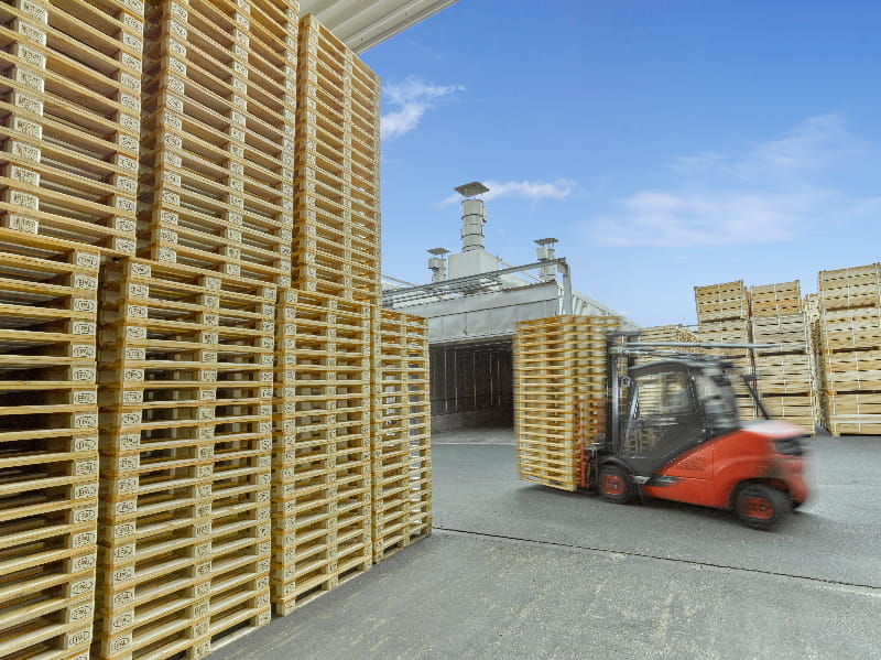 Stapler transportiert Leerpaletten © European Pallet Association e.V.