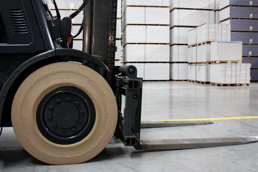 Gabelstapler mit Super Elastic Reifen © Continental